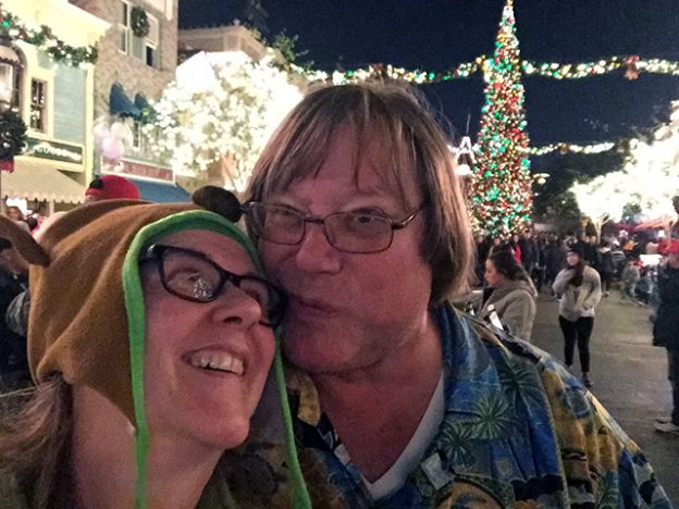 Mark kisses Laurie at Disneyland